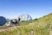 Wanderer in den Bergen von Gröden © Val Gardena Gröden Marketing - www.valgardena.it