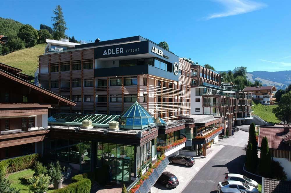Außenansicht vom Adler Resort in Saalbach-Hinterglemm im Sommer