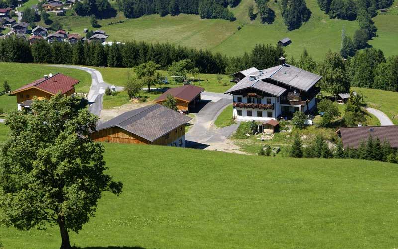 Luftaufnahme der Berghof Pension Wiesfleck in Gries