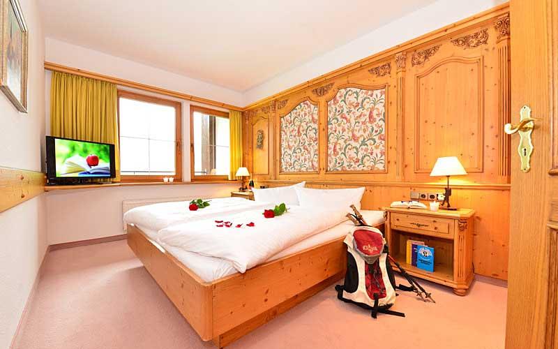 Blick ins Doppelzimmer Maria Theresia im Hotel Alte Krone in Mittelberg