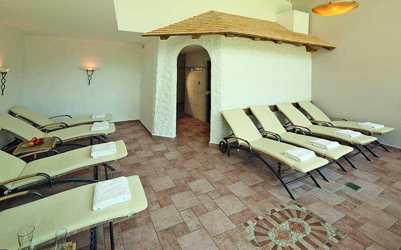 Blick in den Ruheraum der Sauna im Hotel Alte Krone in Mittelberg