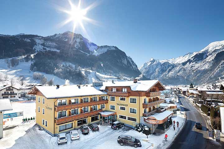 Luftaufnahme des Hotels Tauernhof in Kaprun im Winter
