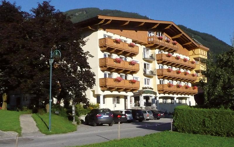 Außenansicht des Hotels Almhof Lackner in Ried im Zillertal
