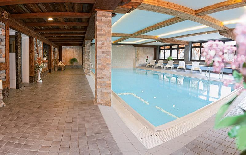 Blick auf den Pool des Hotels Almhof Lackner in Ried im Zillertal