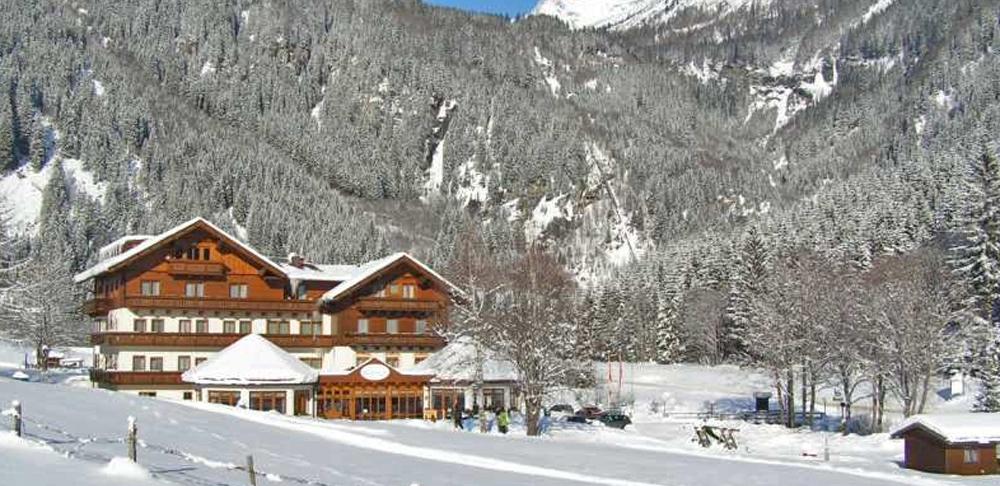 Aussenansicht vom Alpenhotel Badmeister in Flattach im Winter