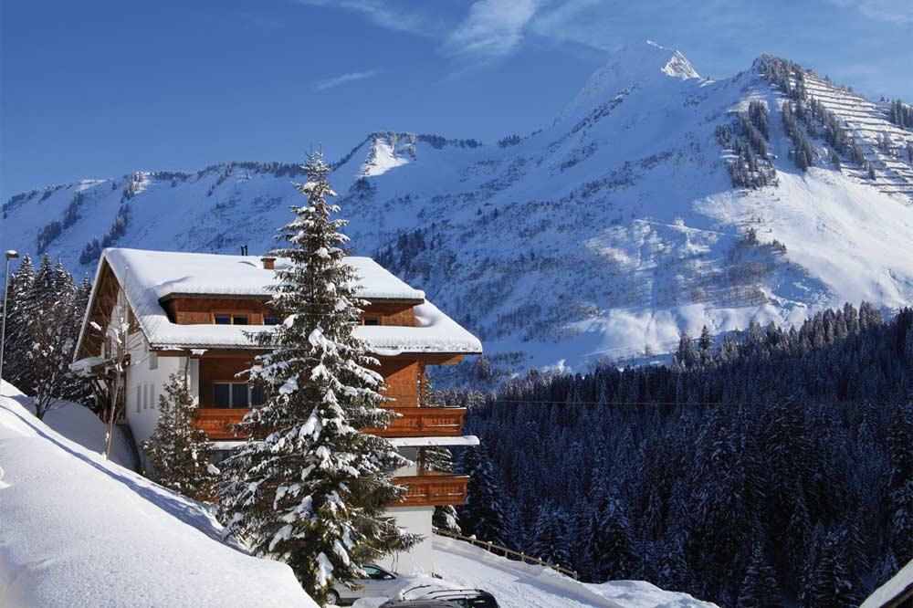 Blick auf das Hotel Sonnalpen in Damüls im Winter