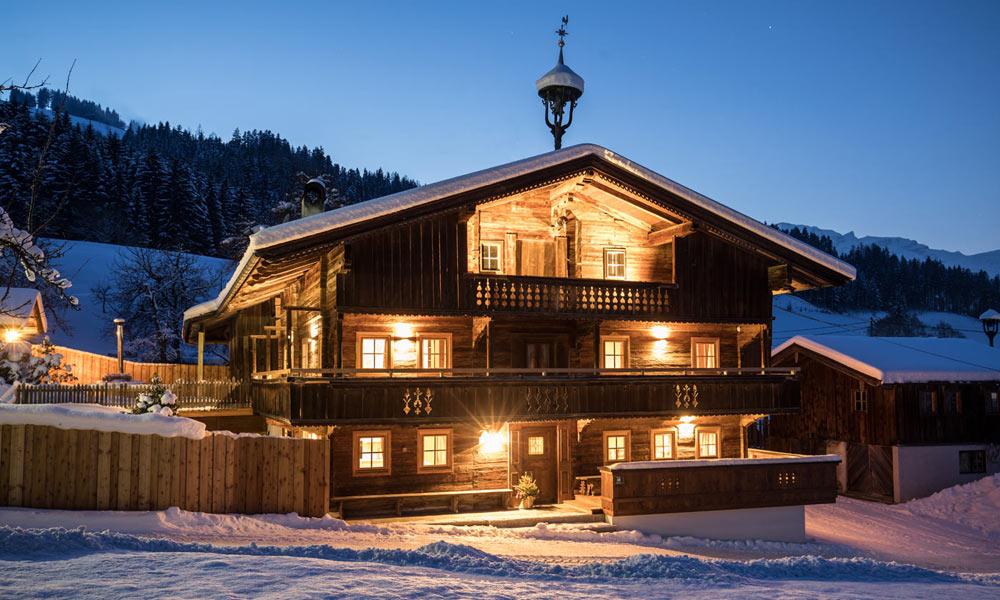 Blick auf das winterliche Bergchalet Rauchenhof in Reith
