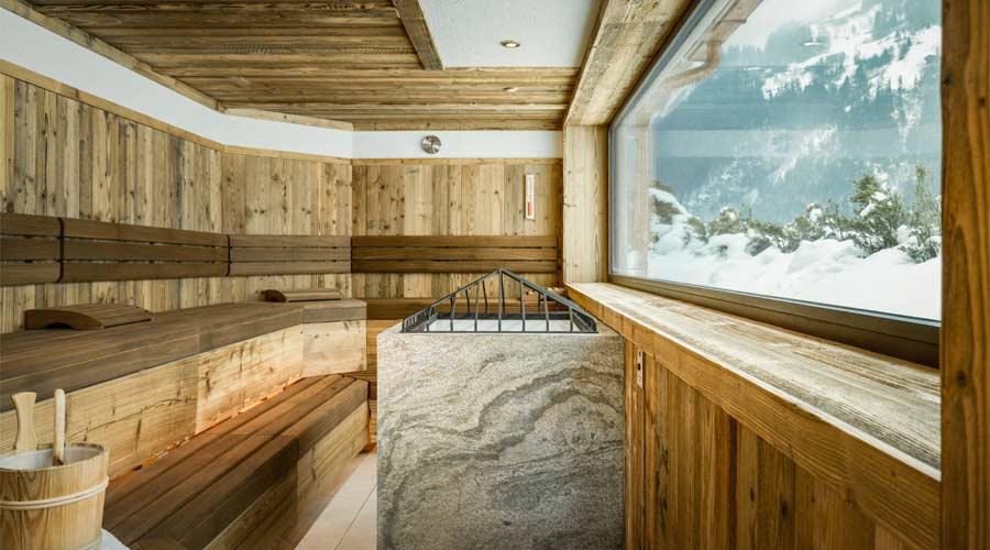 Außensauna mit Ausblick auf die Zillertaler Bergwelt