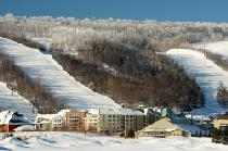 Blue Mountain Village, im Hintergrund Pisten des Blue Mountain Skigebiet