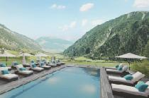 Der Outdoorpool mit Sonnenliegen im Tuberis Nature & Spa Resort