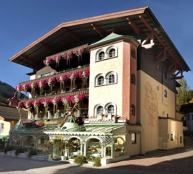 Hausansicht Hotel Bauer in Saalbach