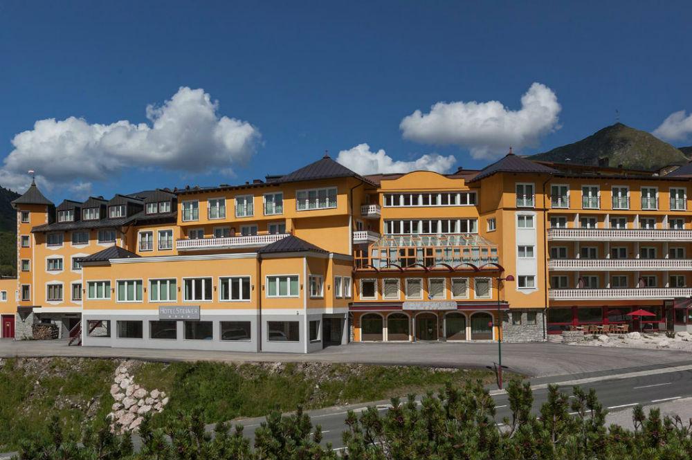 Aussenansicht vom Hotel Steiner in Obertauern im Sommer