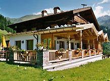 Blick auf den Berggasthof Geislerhof in Tux im Sommer