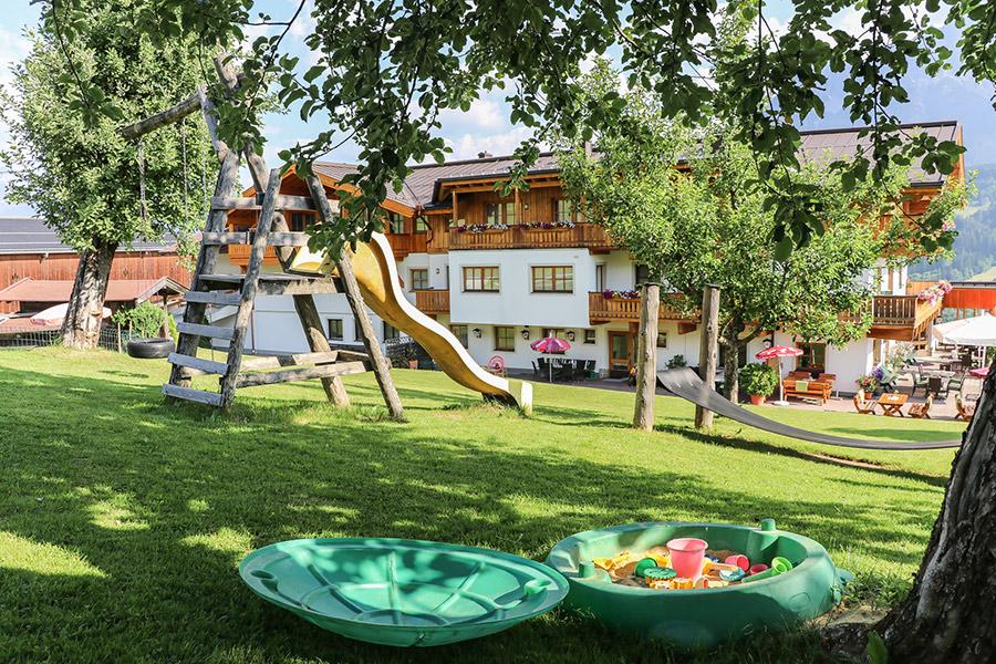 Der Garten mit Spielplatz vom Berggasthof Hinterreit in Maria Alm