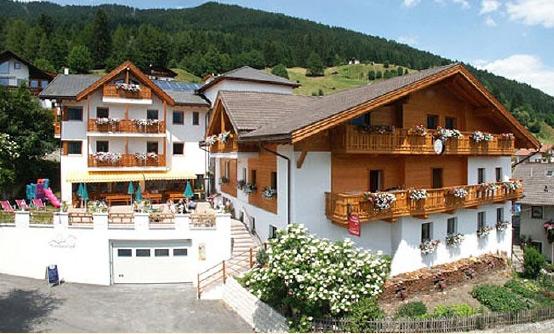 Aussenansicht vom Hotel Tonnerhof in Ratschings im Sommer