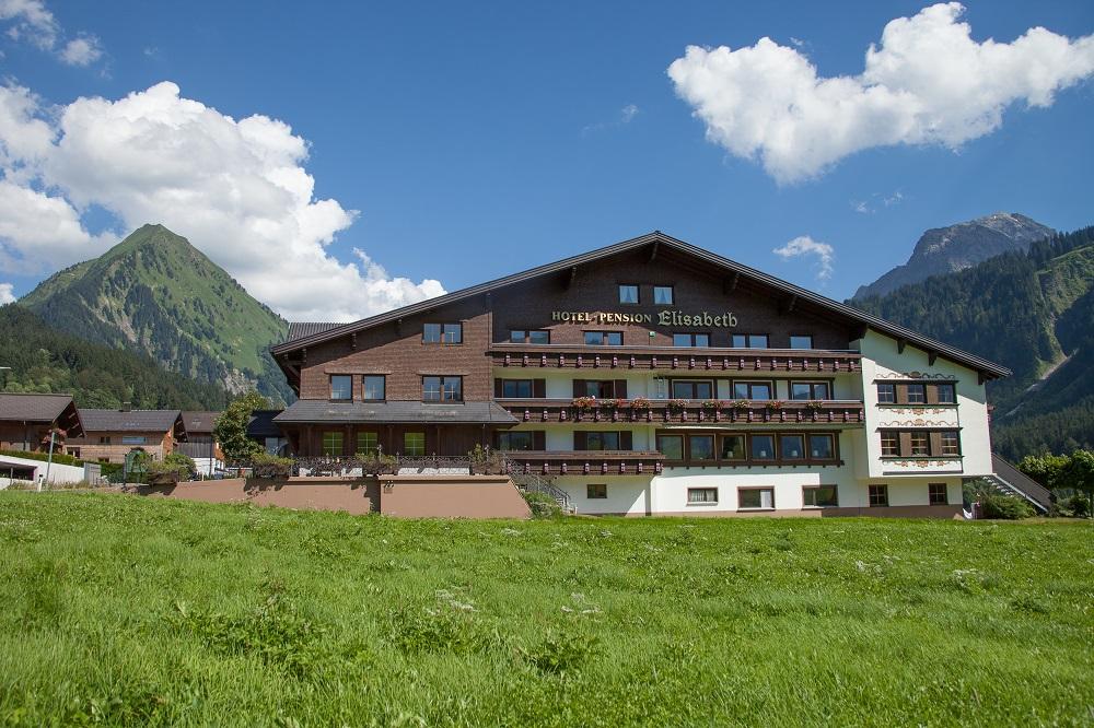 Blick auf das Hotel Elisabeth in Schoppernau im Sommer