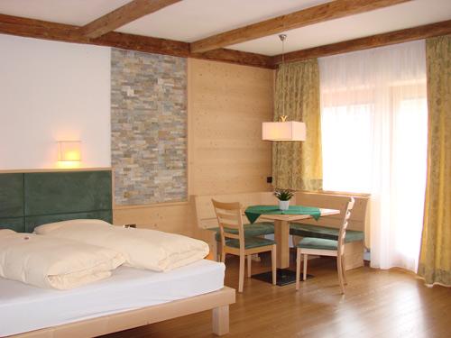 Das Familienzimmer mit Eckbank im Hotel Pütia