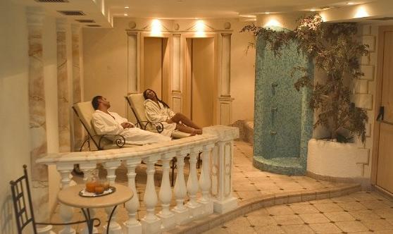 Gemütliche Ruheliegen im Wellnessbereich vom Hotel Tonnerhof