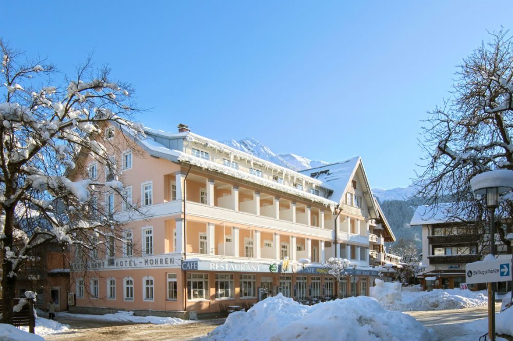 Außenansicht des Hotels Mohren im verschneiten Oberstdorf