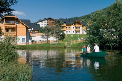 Gäste in einem Ruderboot auf dem Fischteich im Landal Park Bad Kleinkirchheim