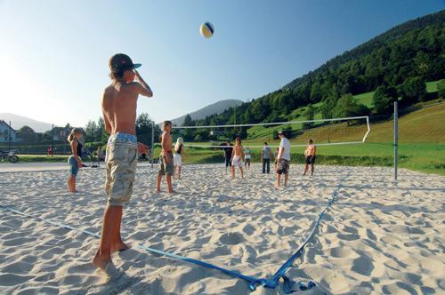 Kinder beim Volleyball spielen im Landal Park Bad Kleinkirchheim