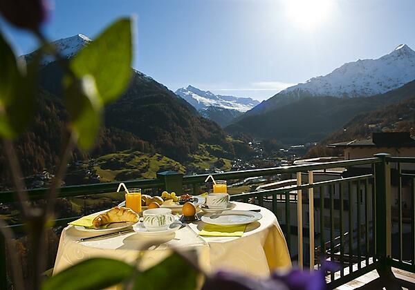 Sonnenfrühstück am Balkon