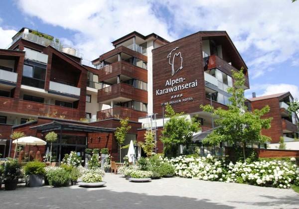 Aussenansicht Hotel Alpen Karawanserai im Winter