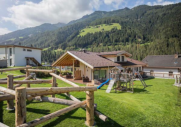 Garten mit Spielplatz und Kletterparcour