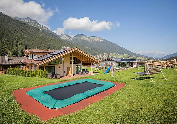 Garten mit Trampolin und Spielplatz