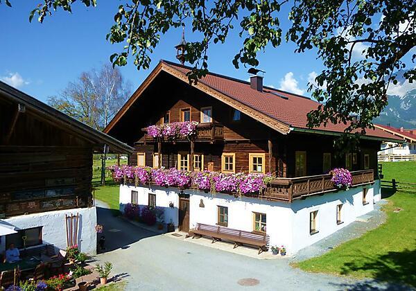 Hofgelände Herzogbauer mit Ferienhaus rechts