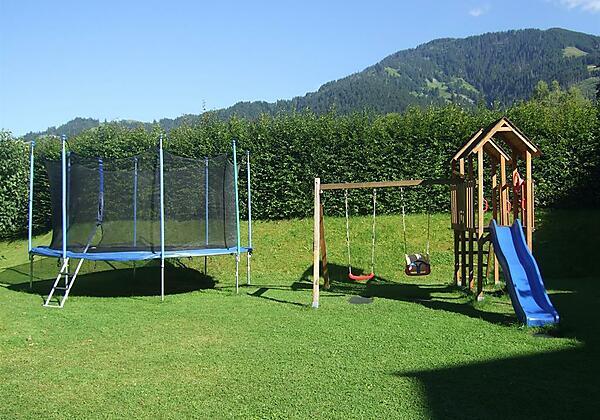 großer Garten mit Kinderspielplatz