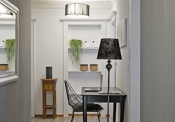 Vorraum mit Schreibtisch im Appartement 1