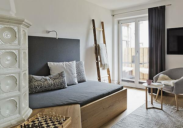 Gemütliches Wohnzimmer mit Sofa zum Chillen