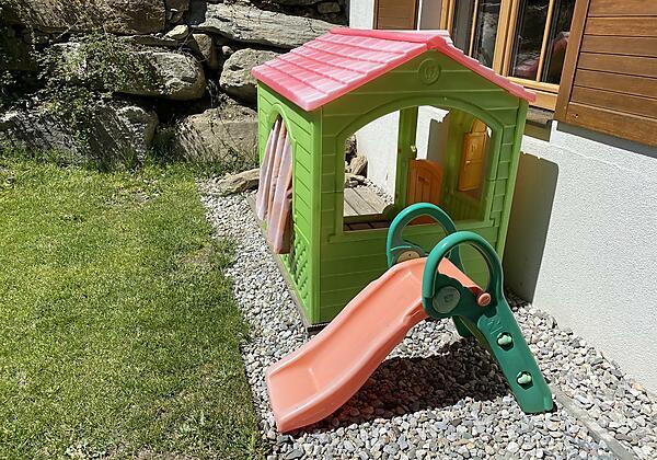 Kinderspielhaus und Rutsche