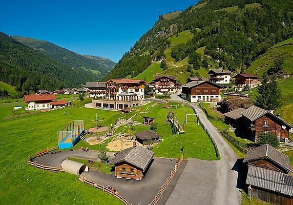 Hotelanlage Sommer mit Abenteuerspielplatz