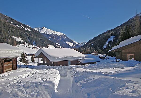 Bungalow mit viel Schnee