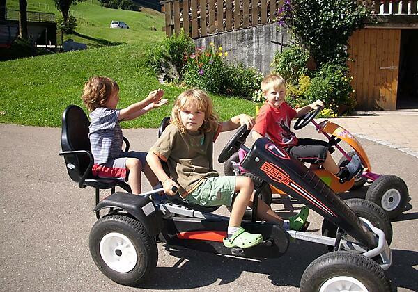 Kinder auf dem Kettcar