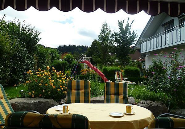 2_Sitzplatz mit Blick in Garten