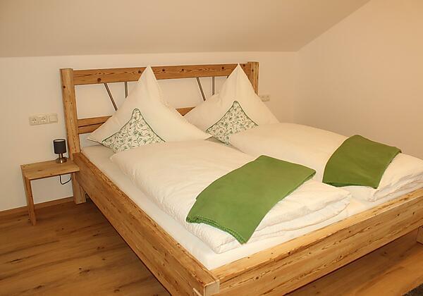 Helles Schlafzimmer mit Bergblick