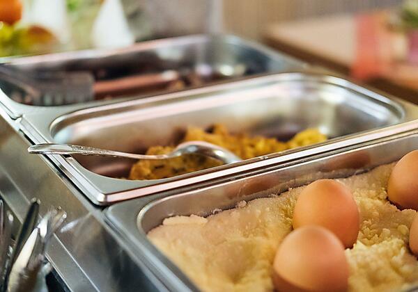 Frische Eierspeisen am Frühstücksbuffet