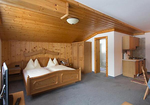 Der Wohn- und Schlafraum vom Appartement 24 im Hotel Gasthof Siggen