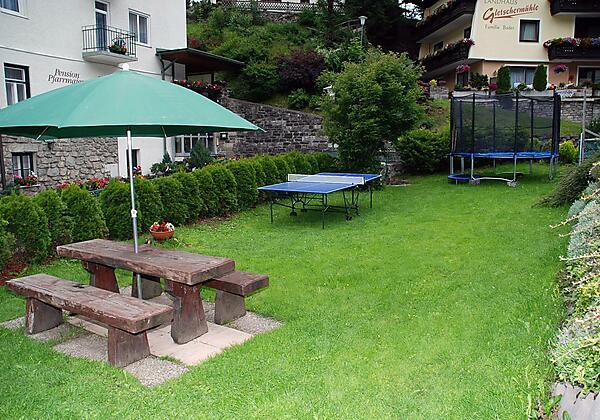Gästehaus-Golker-Bad-Gastein-Garten-Sommer