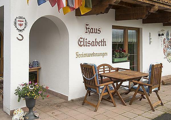 Terrasse vor dem Haus Elisabeth in Kössen