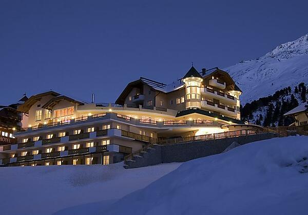 Hotelansicht Winter bei Nacht