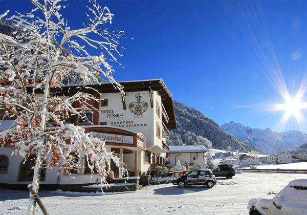 Blick auf das Hotel Alpenhof in St. Leonhard im Winter