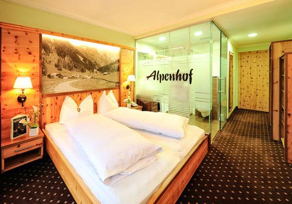 Ein Zirbenzimmer Pitztal im Hotel Alpenhof in St. Leonhard