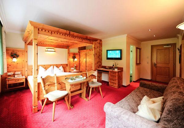Ein Himmelbettzimmer im Hotel Alpenhof in St. Leonhard
