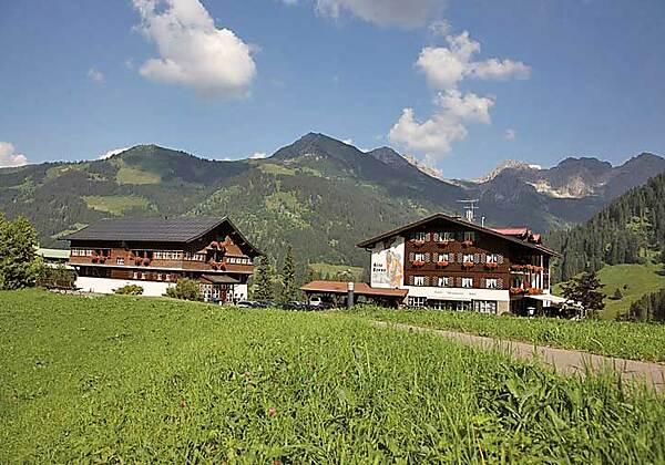 Blick auf das Hotel Alte Krone in Mittelberg im Winter