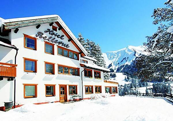 Winterliche Außenansicht des Hotels Bellevue in Riezlern