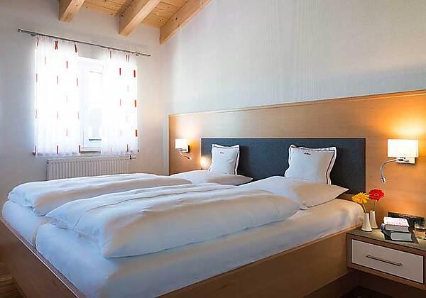 Schlafbereich der Edelweiss-Suite im Hotel Bellevue in Riezlern